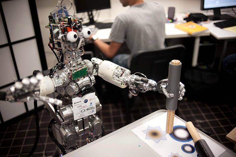 19. Робот ICub размером с трехлетнего ребенка, имеет слух и осязание возможностей, вполне сносно ползает на четвереньках и садится. (фото: Getty Images)