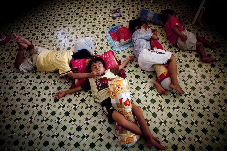 7. Дети спят на сончасе в приюте. Всемирный банк предоставил Вьетнаму грант в размере 35 млн долл. США в поддержку национальной программы борьбы с ВИЧ/СПИДом. (Justin Mott/The New York Times)