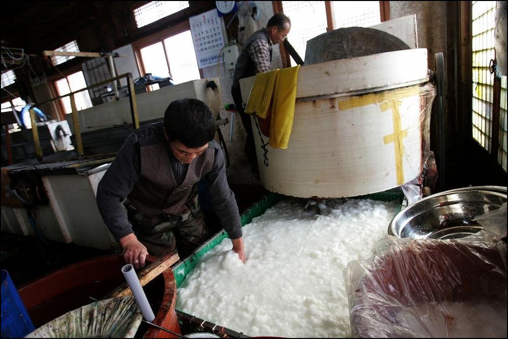 7) В этом чане будут делать белую бумагу. (Getty Images/Chung Sung Jun)
