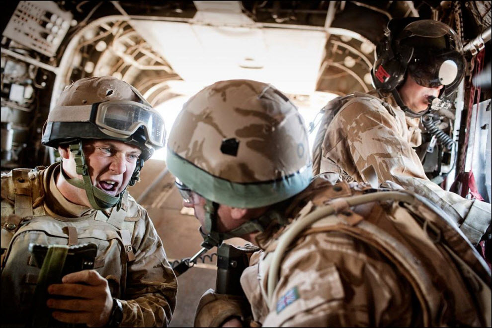 07) Разговор на борту CH-47 Chinook между членами команды MERT.