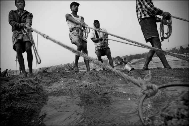 7) Эта группа мужчин занимается добычей камней вот уже пять лет.