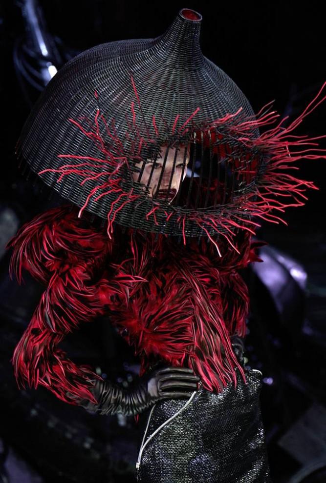 7. Во время показа коллекции МакКуина осень/зима 2009 под названием «Рог изобилия» моделям наложили макияж в стиле Мэрилина Менсона и надели красные сапоги на высоченных каблуках. (Francois Guillot / AFP - Getty Images)