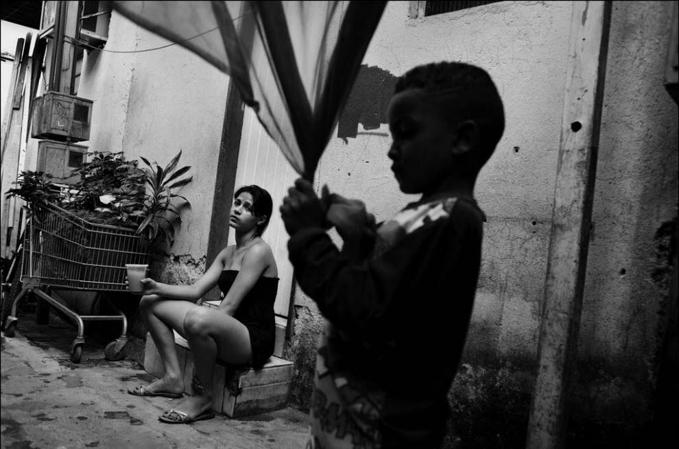 07) Аманда Мокауа, 15 лет. Аманда из северо-востока Бразилии, она уехала в Сан-Паулу к мужчине с которым познакомилась через Интернет. Недавно она узнала, что беременна.