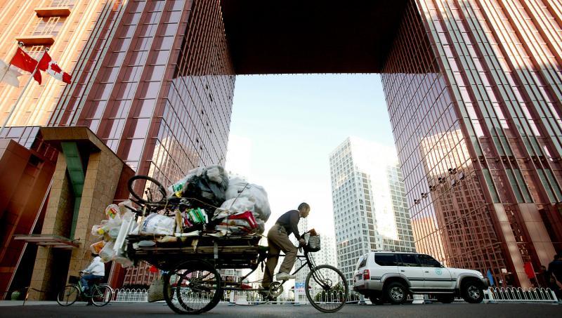 7. Мигрант везет мусор в пункт переработки 19 октября 2008 года в финансовом районе Пекина. (UPI Photo/Stephen Shaver)