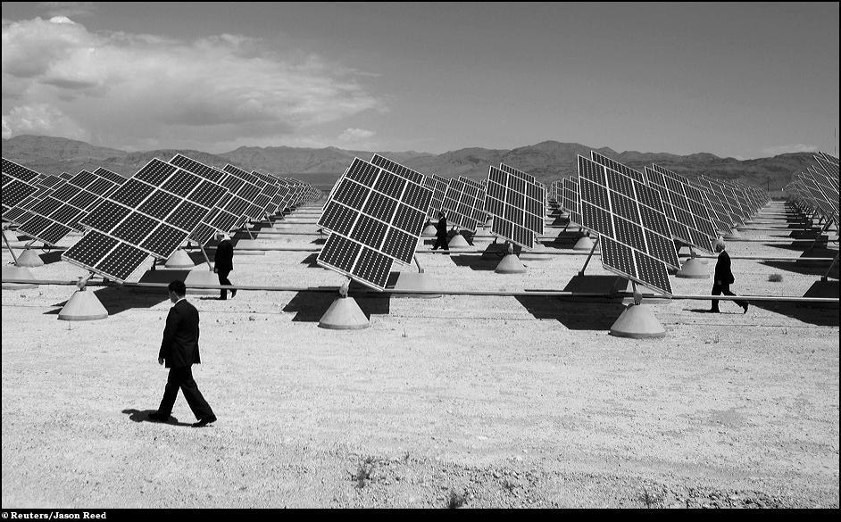 7)  Агенты секретной службы идут среди солнечных панелей во время визита Барака Обамы на базу ВВС США в Лас-Вегасе.