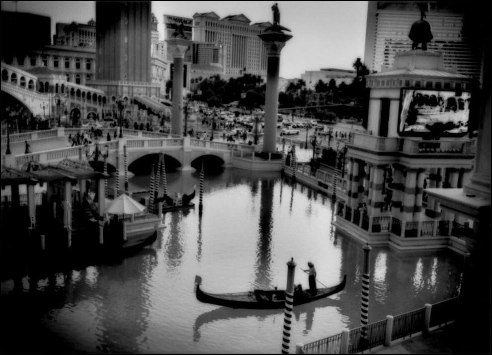 07) Гондольер в отеле Venetian Resort в Лас-Вегасе.