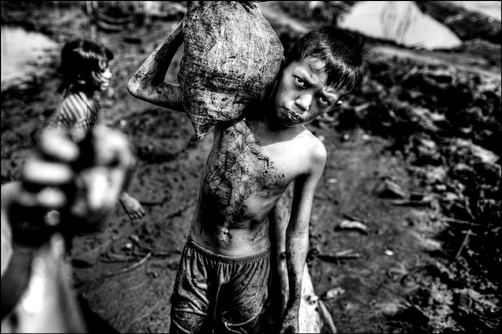 07) Dalam tambang yang bekerja dan anak-anak.  Bagi mereka, tampaknya lebih merupakan permainan dari pekerjaan.