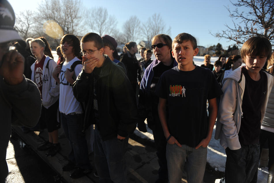 7. Школьники и родители ждут у места преступления. (Photo by Reza A. Marvashti / The Denver Post)