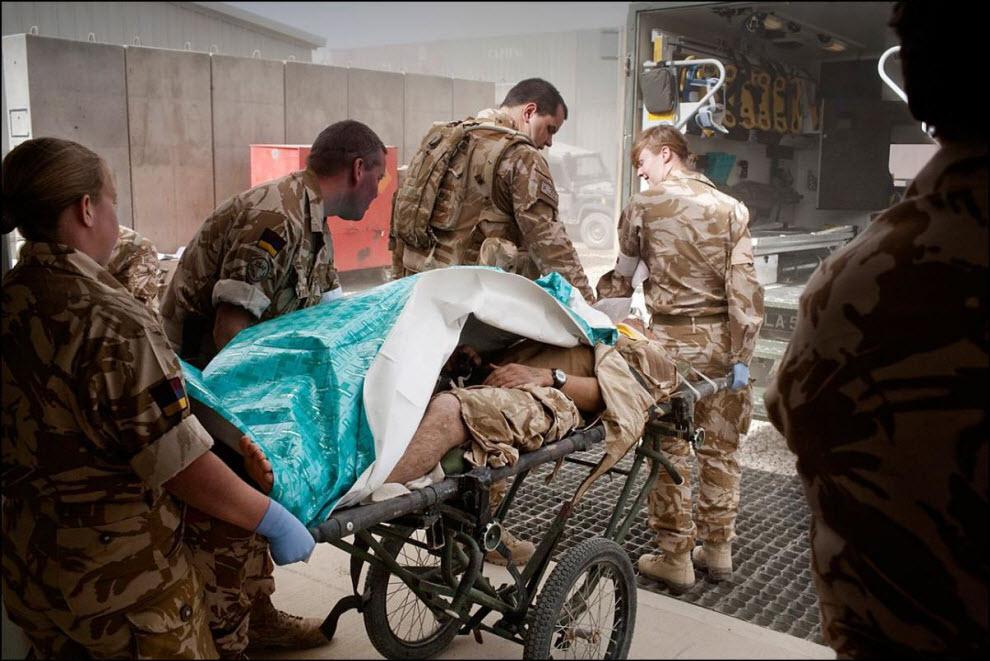 08) Перевозка раненого из автомобиля ``скорой помощи`` в госпиталь.
