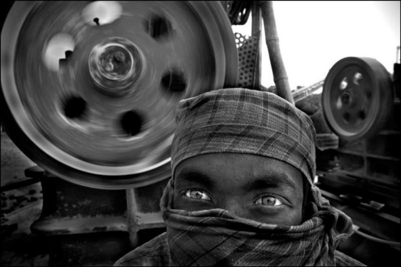 8) Калам Али (26 лет) работает тут уже 4 года, он знает об опасностях производства. Его лицо прикрыто тканью, чтобы хоть как-то защититься от пыли.