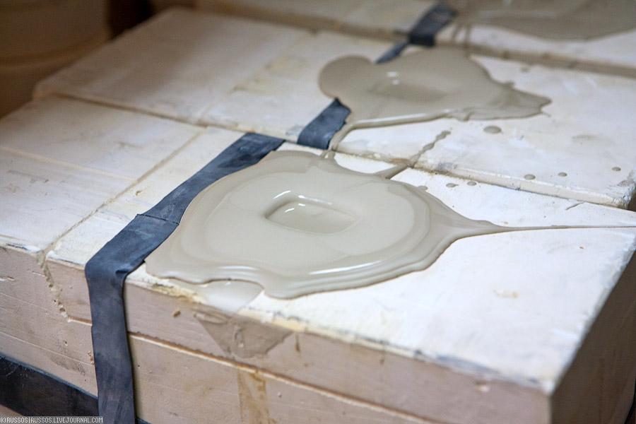 7. Вот, а это отливка заготовки. Гипсовая форма, в которую заливается фарфоровый раствор. Первый вопрос был, а как делают полости внутри? Оказалось что все просто. Гипсовая форма формирует только внешний вид, а внутри все заливается раствором. Потом гипс начинает забирать у фарфора воду, и внешний слой раствора твердеет. Чем больше стоит заготовка, тем толще стенка образуется.