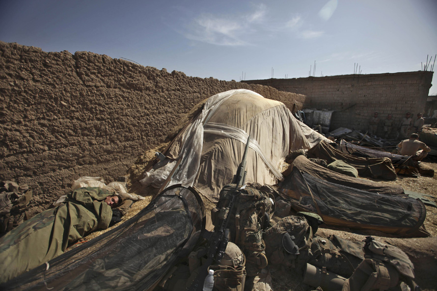 8. Морпехи США спят на импровизированной базе в Маржахе. (AP Photo/Altaf Qadri)