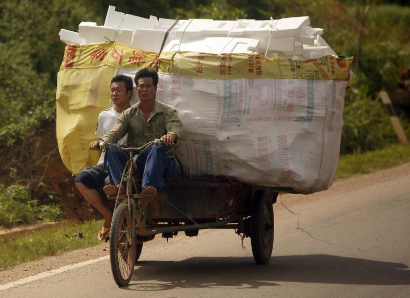 8. Чжуанцы везут пенопласт на свалку в Даксинском поселке Шангиа, провинция Гуанси, 3 июля 2009 года. (UPI Photo/Stephen Shaver)