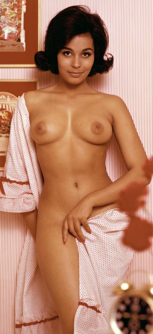 08) Расизм — расизмом, а сиськи — по расписанию! 2 июля 1964 года в США была официально отменена расовая сегрегация, и не прошло и года, как в марте 1965-го девушкой месяца стала Дженнифер Джексон (Jennifer Jackson) — первая негритянка на страницах Playboy. Врочем, темнокожие красавицы впоследствии появлялись в Playboy не часто — раз в несколько лет.