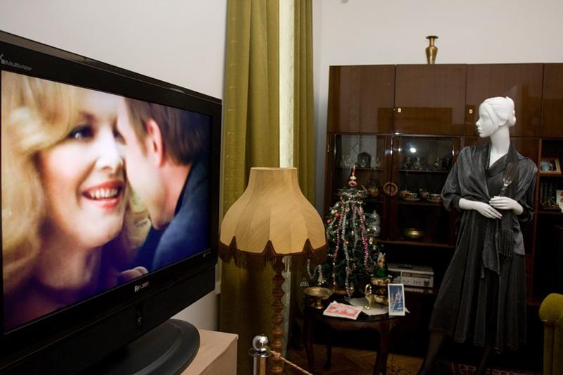 08) Во многих залах стоят телевизоры, в непрерывном режиме транслируются фильмы. Мы сели и посмотрели фильм про музей. Детям понравилось.