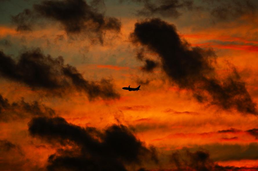 8. Пассажирский самолет набирает высоту над Тампой на фоне заката. На этой неделе в Америке было много задержек рейсов. (DANIEL WALLACE, Times)