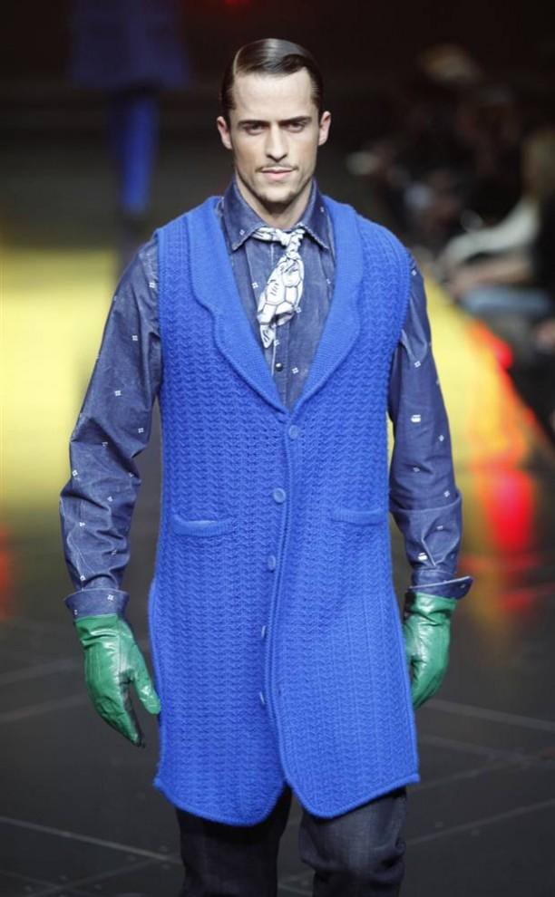 8. Модель представляет красочное творение от «G-Star». В новой коллекции «G-Star» есть много свободных нарядов ярких цветов – желтого, голубого и зеленого. (Natalie Behring / Reuters)