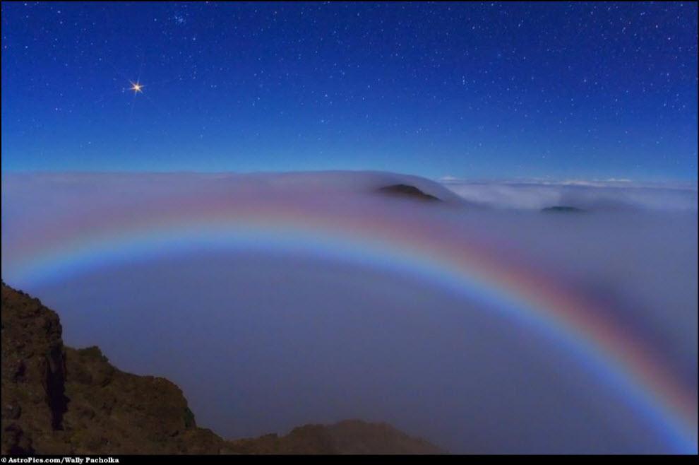 08) Марс и цветная лунная радуга в тумане.