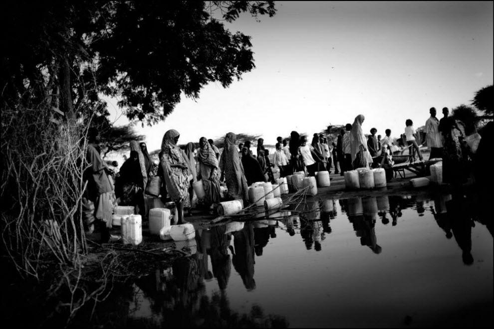 08) Часть лагеря Дадааб залита водой из-за ливней.