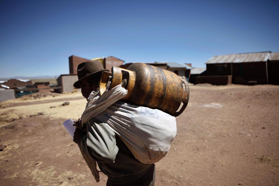 8. Мужчина несет канистру керосином по деревне Иисус де Мачака. (AP Photo/Dado Galdieri)