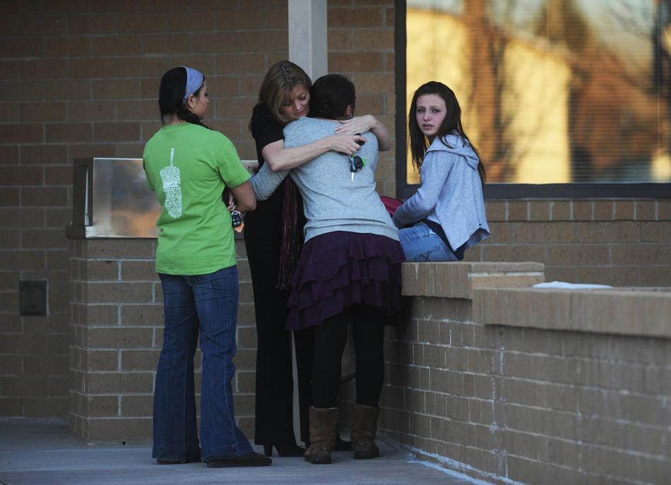 8. Тами Шипман (вторая слева) обнимает свою старшую дочь Тристан перед зданием начальной школы «Stony Creek». Рядом стоят ее сестры Лекси Шипман (справа) и Хейли Шипман. Лекси была в школе, когда началась стрельба. (Matt McClain / Special to the The Denver Post)