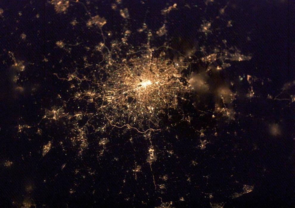 8. Города – одни из самых любимых объектов для астронавтов из NASA. «Людям нравится представлять, что на них смотрят не только спутники, но и люди, находящиеся на орбите Земли», - говорит Эванс. На этом снимке Лондона 4 февраля 2003 года четко изображена плотность населения города. Центр города – самая яркая точка, от которой отходят полоски света. Нечеткие участки на фото могут быть облаками или туманом. (Image Science & Analysis Laboratory, NASA Johnson Space Center)