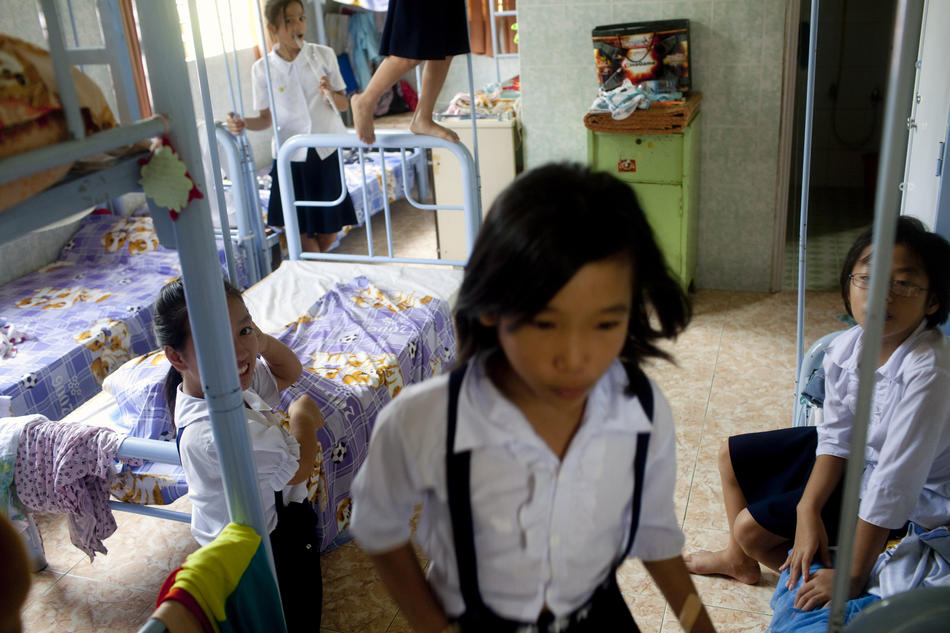 9. Комната девочек в приюте. Во Вьетнаме всего лишь 7 процентов ВИЧ/СПИД инфицированных детей может рассчитывать на медицинский уход. Допускается, что их число может доходить до 60 тыс. (Justin Mott/The New York Times)