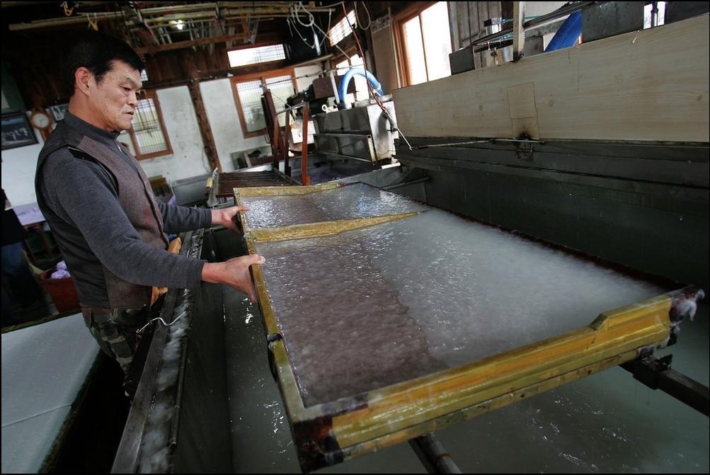 9) Затем рабочий равномерно размешивает похожую на клей для обоев субстанцию в специальных лотках. (Getty Images/Chung Sung Jun)