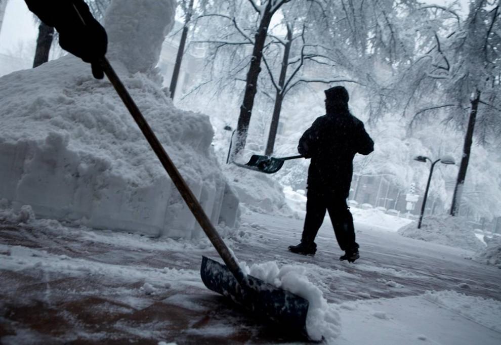 9. Рабочие убирают тротуар на Пенсильвания Авеню. (Brendan Smialowski / Getty Images)