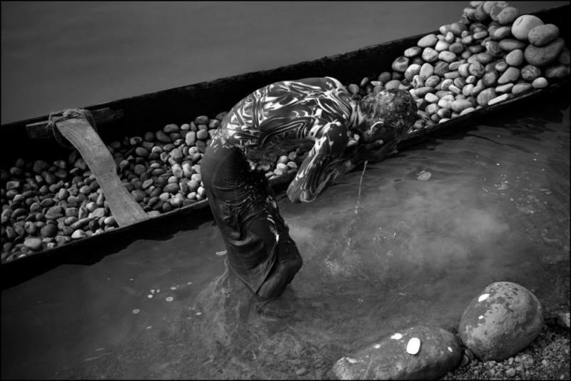 9) Абу Баккар купается в реке после окончания работы.
