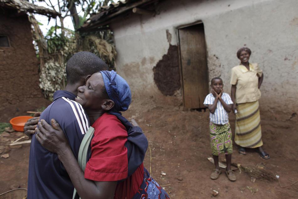 9. Дафроза Нийранзигие обнимает своего сына – Элиаса Санвура – который вернулся домой, проведя почти 15 лет в Конго. (AP Photo/Rebecca Blackwell)