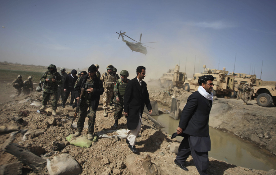 9. Губернатор провинции Гильменд Голаб Мангал (крайний справа) посетил Маржах. (AP Photo/Altaf Qadri)