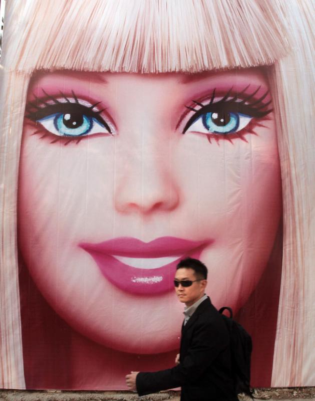 9. Китаец проходит мимо огромного плаката с Барби в центре Пекина. (UPI Photo/Stephen Shaver)
