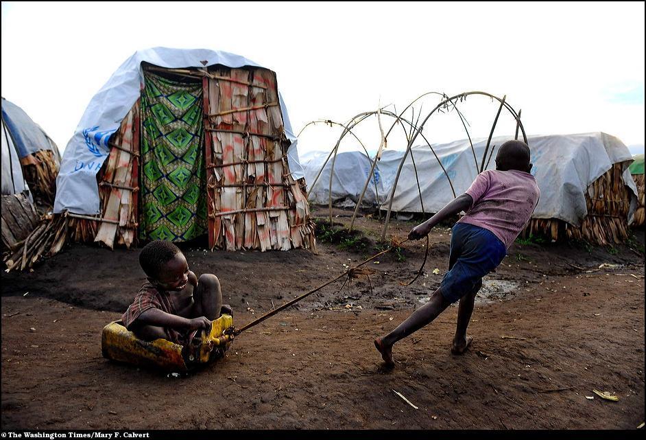 9) Дети играют в лагере беженцев в Демкратической республике Конго.