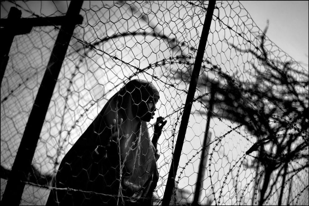 09) Женщина из Сомали ждет пока ее зарегистрируют в лагере.