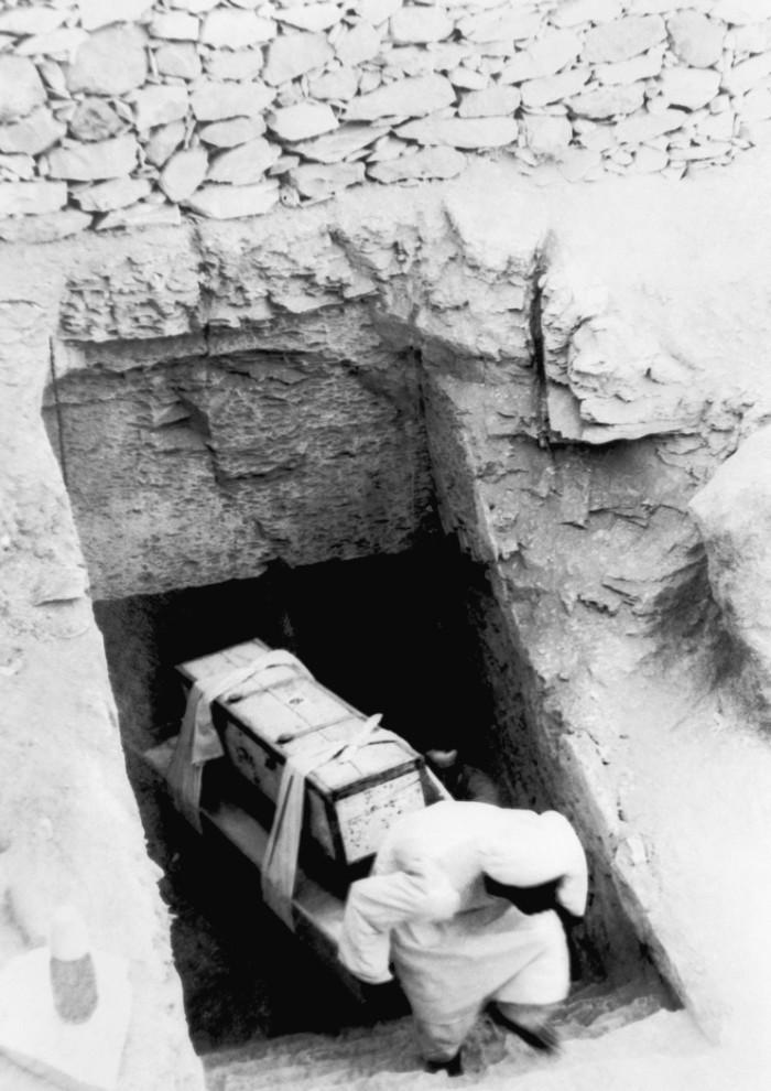 9. Древние артефакты выносят из гробницы фараона во время раскопок в Каире. (AP Photo)