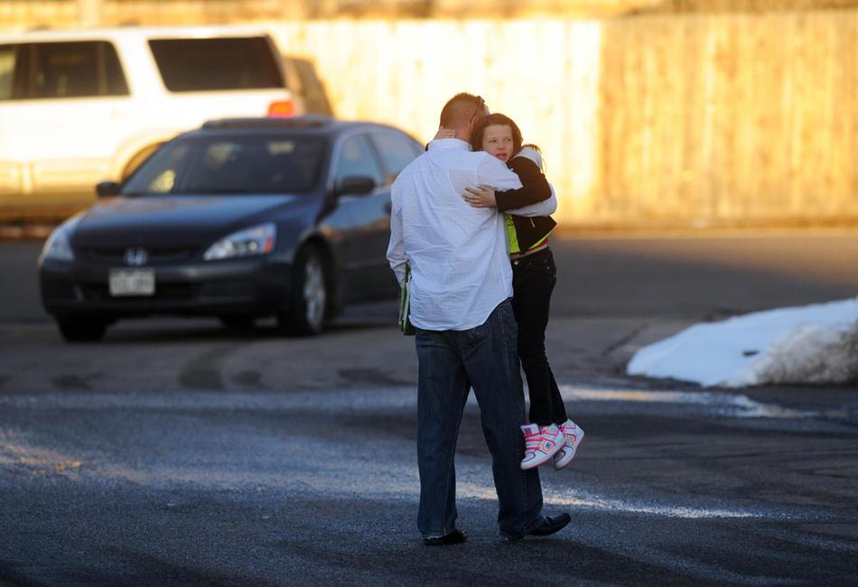 9. Родители забирают детей из школы после стрельбы, в результате которой были ранены два ученика. (Matt McClain / Special to the The Denver Post)