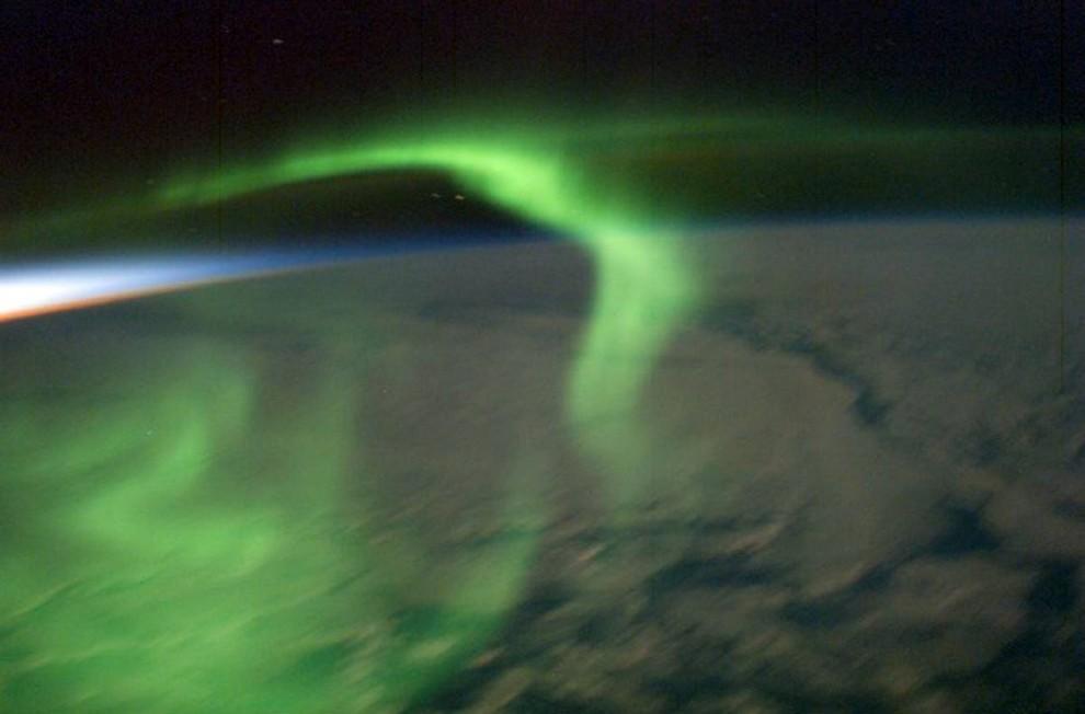9. Некоторые члены экипажа восторгаются северным сиянием – светом в ночном небе, который появляется, когда атомы кислорода и азота оказываются под атакой солнечных частиц. Космонавты учатся делать фотографии северного сияния, в которых будет много смысла. Член экипажа «Экспедиция 22» Дональд Пети сделал несколько снимков северного сияния в январе и феврале 2003 года, включая этот снимок сияния почти сразу после заката. (Image Science & Analysis Laboratory, NASA Johnson Space Center)