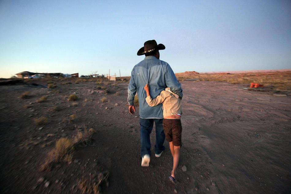 10. Теперь, когда земля свободна, Ларри Гордии надеется восстановить свой дом и переехать сюда с семьей, включая 8-летнюю дочь Нижуни (на фото). Он говорит, что этой весной начнет возделывать поле. (Los Angeles Times photo by Barbara Davidson)