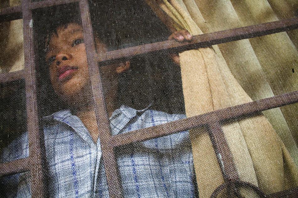 10. Мальчик смотрит в окно во время сончаса в приюте Маи Хоа. (Justin Mott/The New York Times)