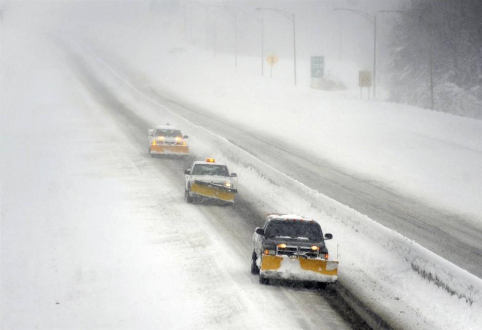 10. Снегоуборочные машины едут по шоссе Interstate 695 в Парквилле, штат Мэриленд. (Steve Ruark / AP)