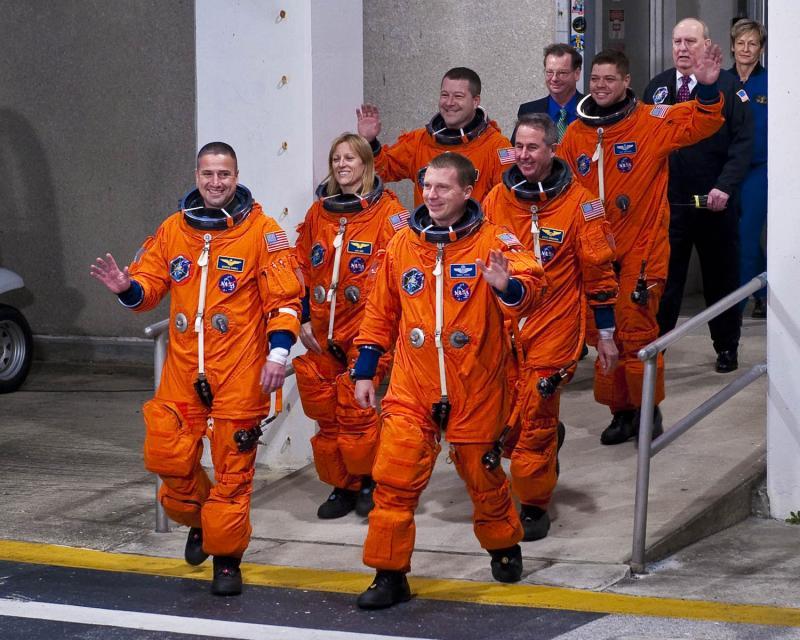 10) На борту космического челнока – шесть американских астронавтов: командир Джордж Замка, Терри Вертс, Кэтрин Хаер, Стивен Робинсон, Николас Патрик и Роберт Бенкен. К Международной космической станции шаттл должен пристыковаться утром в среду. Все путешествие астронавтов продлится 13 дней.