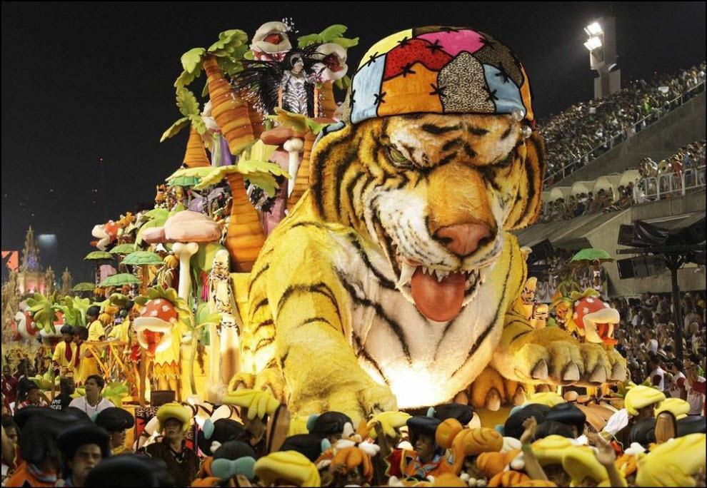 09) Участник карнавала от самба-школы Порто Педра.