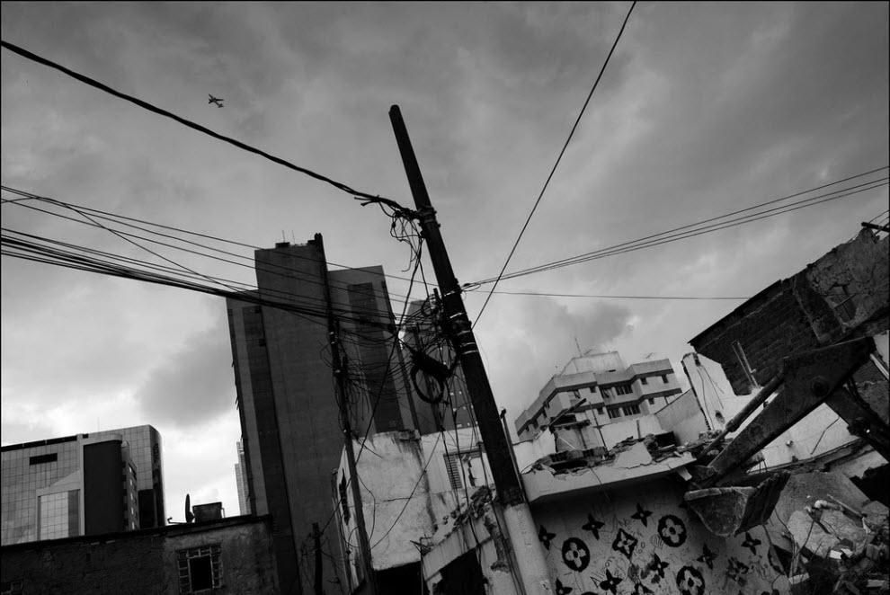 10) Рабочие сносят дома в фавеле.