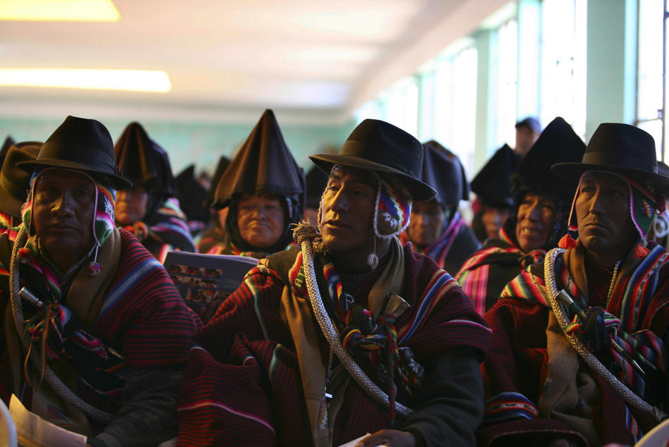 10. Представители сообщества аймара на городском собрании в деревне. (AP Photo/Juan Karita)