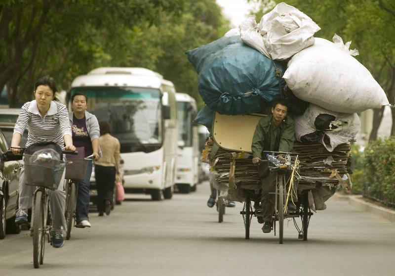 10. Китаец везет мусор на свалку в Пекине. К 2020 году Китай может попросту не справиться с объемом мусора в крупных городах. (UPI Photo/Stephen Shaver)