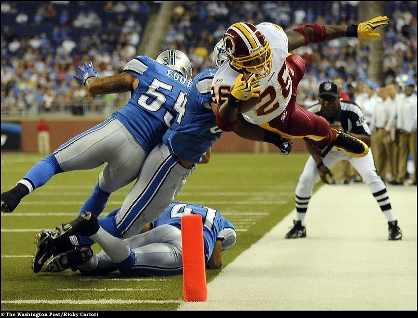 10)  Игрок Вашингтон Редскинс ныряет за линию поля.