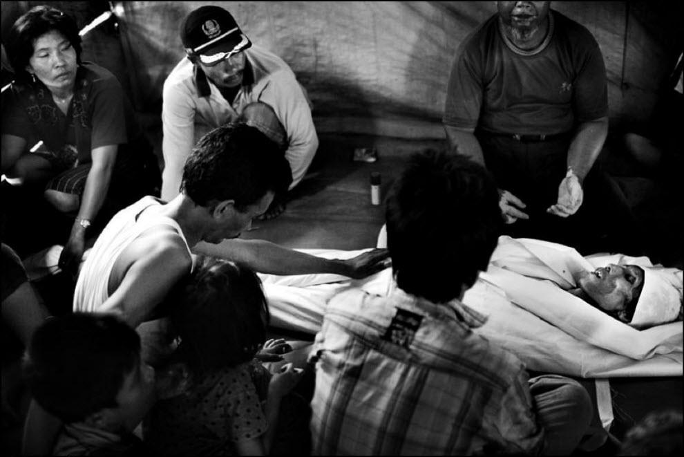 10) Tadir meninggal karena kanker.  Keluarganya menyertai dia dalam perjalanan terakhirnya.