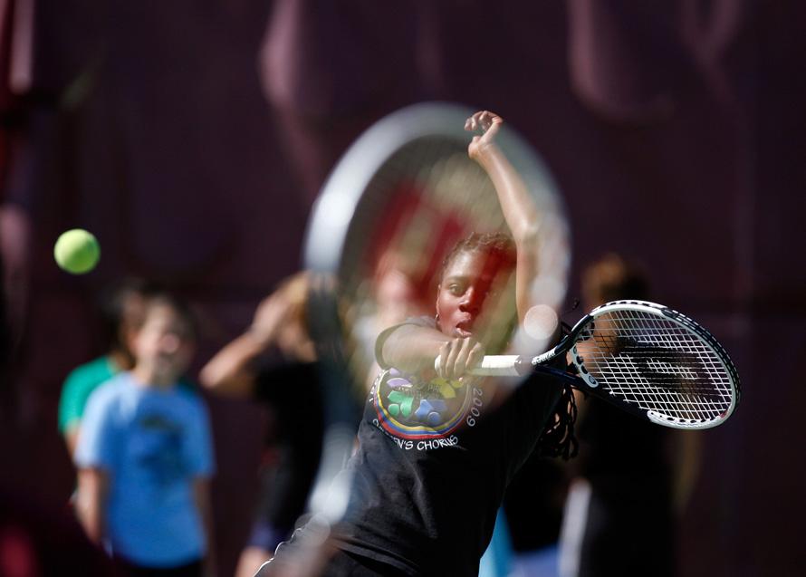 10. Джорданин Фай отвечает на удар матери – тренера женской команды по теннису Джуэлл Фай – во время утренней тренировки. Девочки отрабатывали различные удары во время тренировки. (BRENDAN FITTERER, Times)