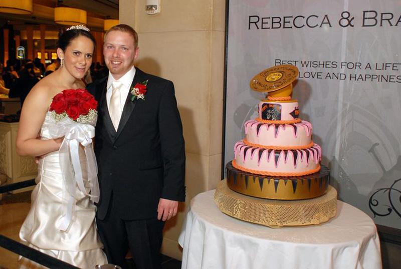 """Ребекка Хернандес и Бред Тарр из Вирджинии во время своей свадьбы 14 февраля 2010 в текила-баре """"Rev Run's Rock 'n Roll"""". Эта пара была выбрана во время конкурса на самую лучшую любовную историю, в котором приняли участие около пятисот пар."""